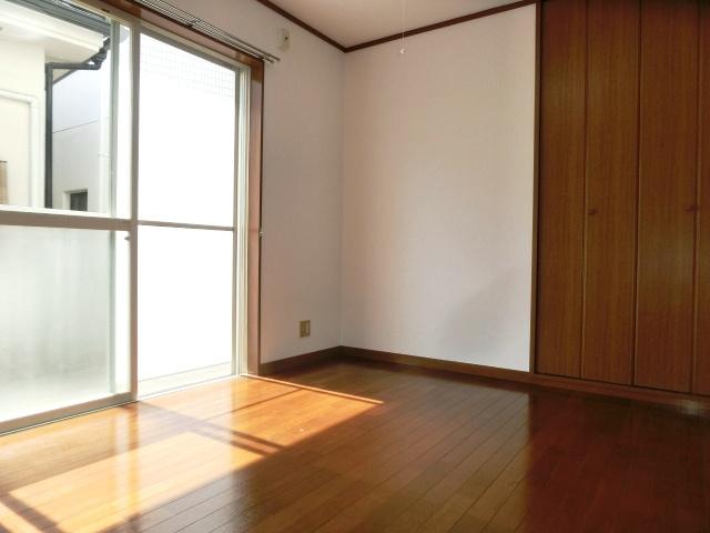南西向きの明るい寝室スペース。