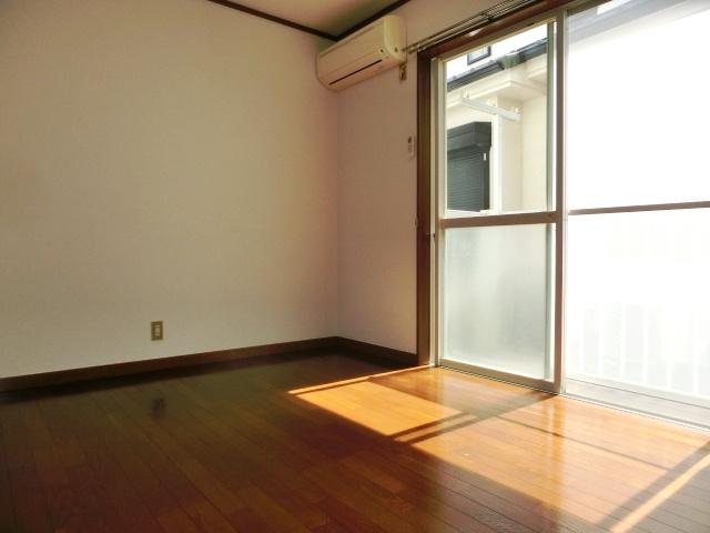 南西向きの明るい居室スペース。