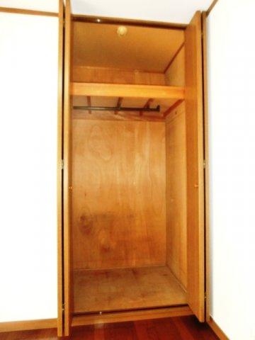 クローゼットタイプの収納スペース。