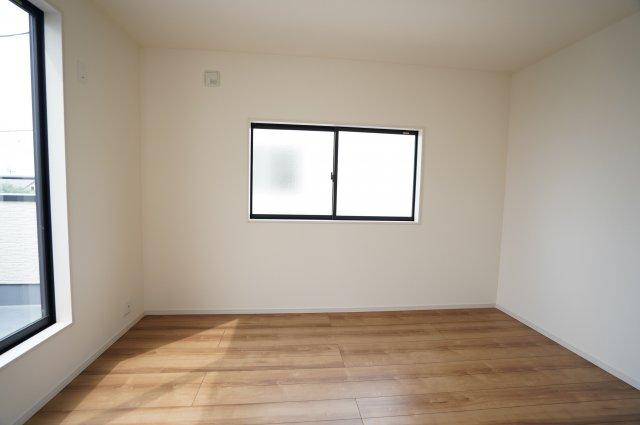 【同仕様施工例】バルコニーに面した6帖の洋室です。