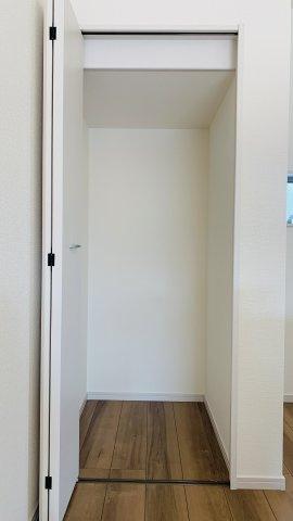 【同仕様施工例】キッチン横の収納です。買い置きした食品や飲料水など収納するのに便利です。