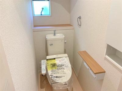 1階と2階、各階に設けられたトイレは、家族で混みあいがちな忙しい朝にとっても便利。 温水洗浄便座など機能面もバッチリ! ※同仕様写真