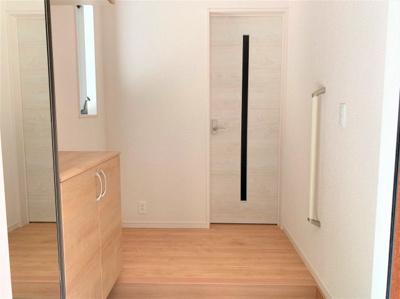 玄関には大容量の玄関収納が。家族のたくさんの靴や荷物もキッチリ収納できます ※同仕様写真