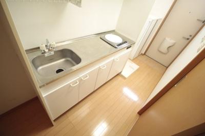 IHクッキングヒーター付き! 調理スペースは広々しているので料理がしやすいです♪ ※写真は別号室です。