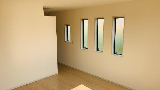 【同仕様施工例】バルコニーがあるお部屋です。大きな窓から明るい光が差し込み明るいお部屋です。