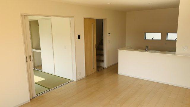 【同仕様施工例】ガラス部分から光が取り込める玄関ドアです。明るく演出されます。