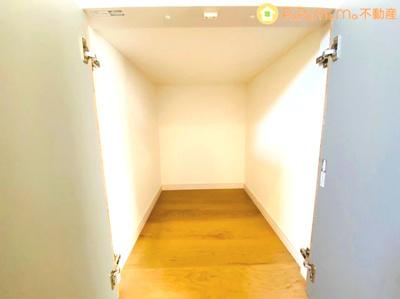 脱衣所に備わった収納スペースです。