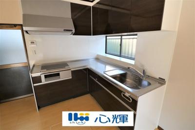 充分なスペースを実現したキッチン空間となっています。寛ぐ方とお料理をされる方の一体感を重視した設計。