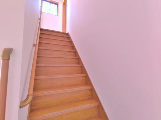 手すり付き階段で高齢者の方も安心ですね!(^^)!