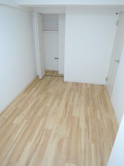 約5.7帖の洋室です。窓からの日差しと、温かみのある床材が印象的
