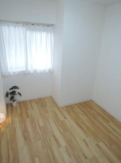 約5.2帖の洋室です。窓からの日差しと、温かみのある床材が印象的