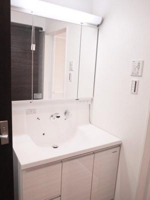 施工事例写真です! 収納も兼ねたシャワー付洗面台が標準でつきます♪