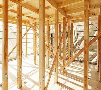 家を建てる地盤が弱い時には、補強の杭を打ち込むなどの地盤改良を行います。「怪しきところは補強の杭を打つ」を自社基準に、地盤改良工事を施し、地盤に対する安全性を高めています。