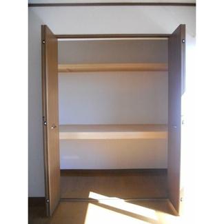 洋室7.5帖。広めの洋室はダブルベットもお部屋のゆとりがあるまま置けちゃいます!
