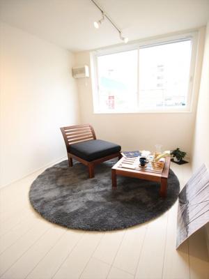 落ち着いた色調の洋室です。同タイプの別室の写真