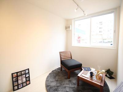 ゆったりした洋室です。同タイプの別室の写真