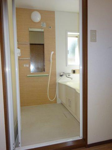 窓もあり明るい浴室。