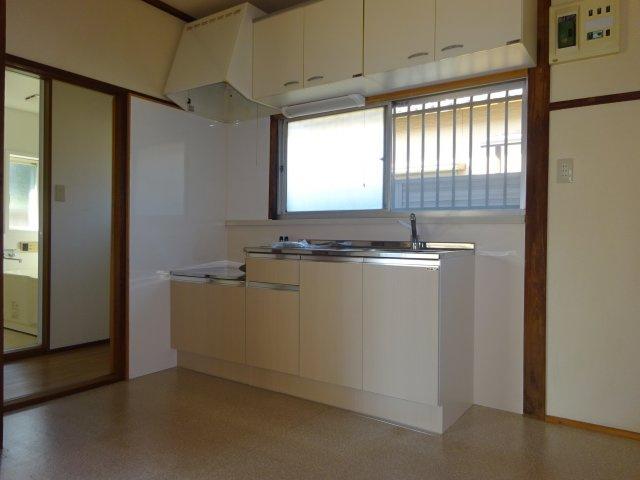 窓のある明るいキッチン。流し台は新品です。