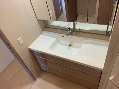 使いやすいきれいな独立洗面台です。