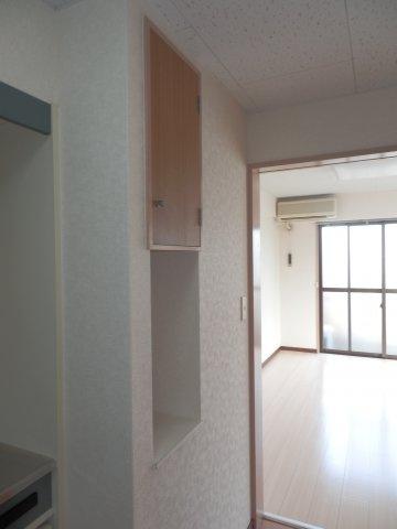キッチン脇に棚があり便利です。