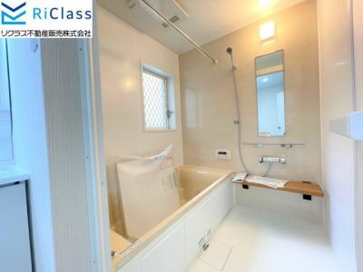 新調の浴室には暖房乾燥機と窓がございます