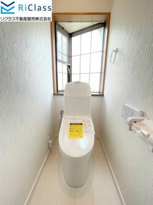 新調の3階ウォシュレット付きトイレにはおしゃれな窓がございます