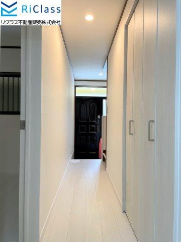 1階の廊下には階段下収納がございます