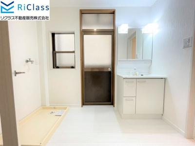 三面鏡付きの独立洗面台は今回新調です 室内洗濯機置場です