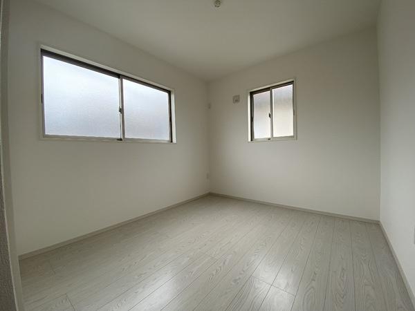 北東側の洋室です