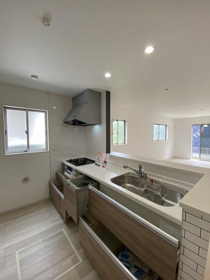 食洗器に引き出しタイプの収納と、注文住宅のような快適なキッチンです。
