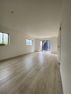 明るい木目の床材が広さを感じさせるリビング。隣接した洋室を合わせるとプラス5帖のゆとりがうまれます。