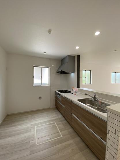開放感があるオープンタイプのキッチンです。食洗器も床下収納もあります♪