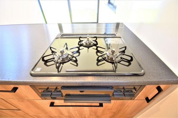 同仕様、3口コンロのキッチン♪ 広々としたキッチンは料理もはかどります!