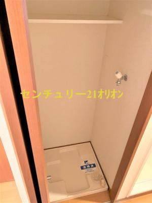 室内洗濯機置き場は扉がついており隠せます