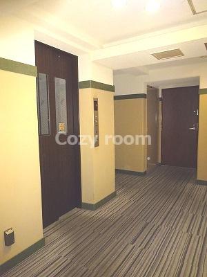 玄関前の共有廊下及びエレベーターです。