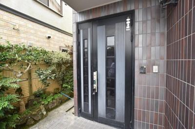 玄関横には植栽もあり、温かみのある入口です