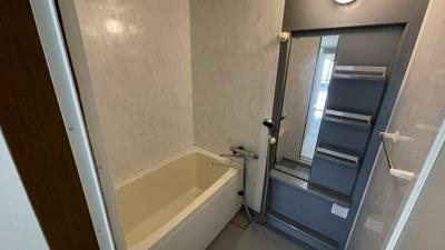 浴室はクールなイメージ。シャンプーラック付きです。