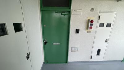玄関前です。緑の玄関で可愛いです♪