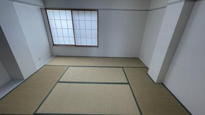 窓付きの和室8帖です♪