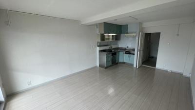 陽当たり良好で、壁付けキッチンなのでお部屋を広くご使用いただけます。