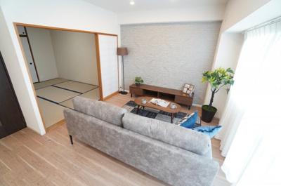 【リビングダイニング】 ☆LDKのポイント☆ ・南東向きの明るさ・陽の入り具合 ・家具の配置のし易さ ・リビングを広げられる将来性 ・新規ダウンライト設置 ・アクセントクロス設置の仕方