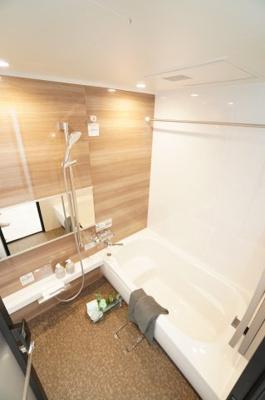 【システムバス】 TOTO社製! RWシリーズは「魔法瓶浴槽」「ほっからり床」 TOTO独自の技術によりバスタイムを よりよく演出! 浴室暖房乾燥機も標準設備! お手入れが楽なシステムバス。