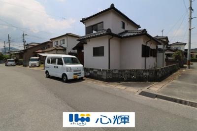 近所にお住まいの方のみ通行のため、騒音も少なく、駐車もしやすいです。