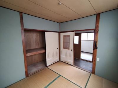2階の和室(6.0帖):布団等の収納に便利な押入収納あり