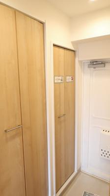 玄関を開けると、シューズインクローゼットがあります♪白を基調とした清潔感のあるスペースとなっております♪