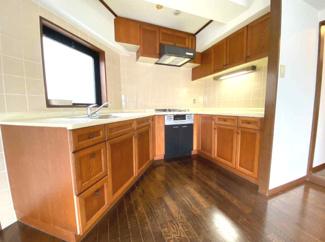 広く快適で作業効率の良いシステムキッチンです♪コンロは新調されております♪シンク前には窓も有り、たいへん明るいキッチンです(^^)
