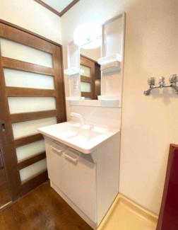 新品の洗面化粧台です♪シャワー水栓で使い勝手もいいです(^^)洗面室へは廊下側・キッチン側から出入りできる家事動線の良い間取りになっております♪
