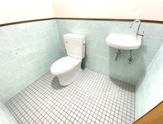 広いトイレです♪新品の便器!新品の手洗い!お掃除の時も重宝しますね(^^)気持ちよくご入居していただけます♪