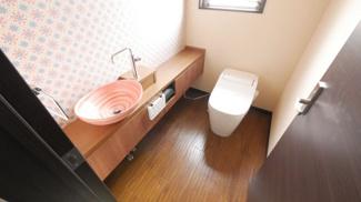 1階の温水洗浄便座付きのトイレです。手洗い付き、収納ありです。
