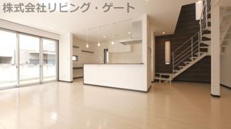 リビングにはスケルトン階段があり、キッチンにはワークスペースもあります。